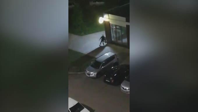 В Нижнекамске пара сняла на камеру, как молодой человек совершает кражу в магазине